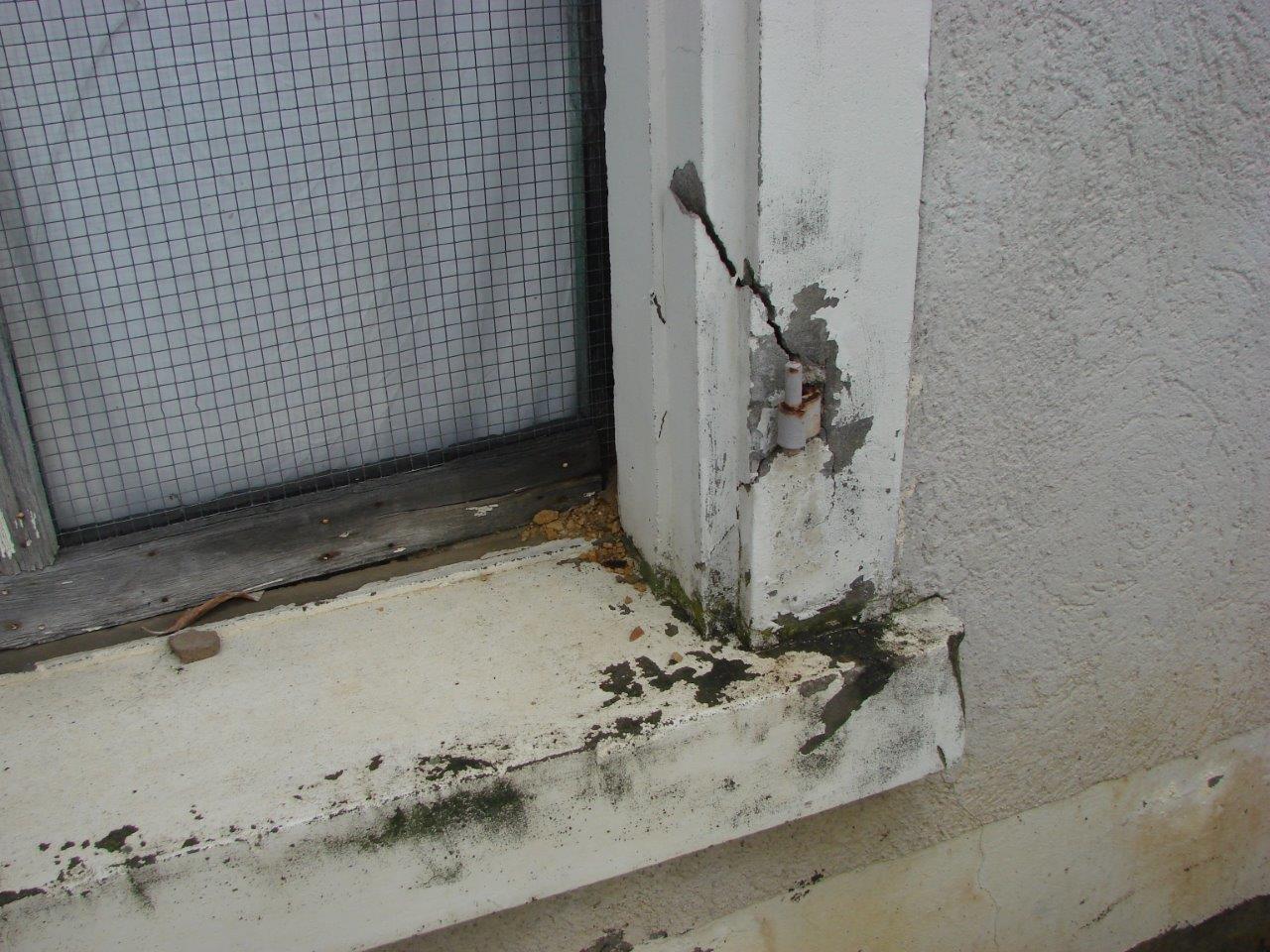 Fenstereinfassung völlig vernachlässigt, defekt, Feuchtigkeit dringt in Mauerwerk Image 5 of 10