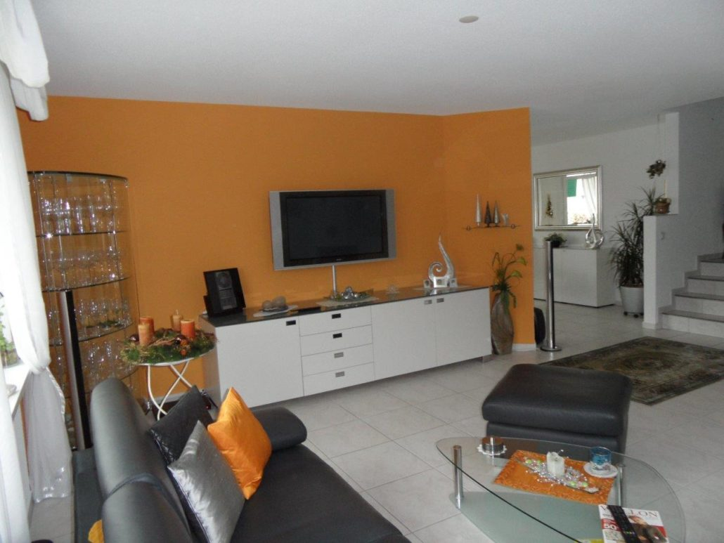 Wohnzimmer neu renoviert und 1 Wand bunt, hervorheben des Sideboards
