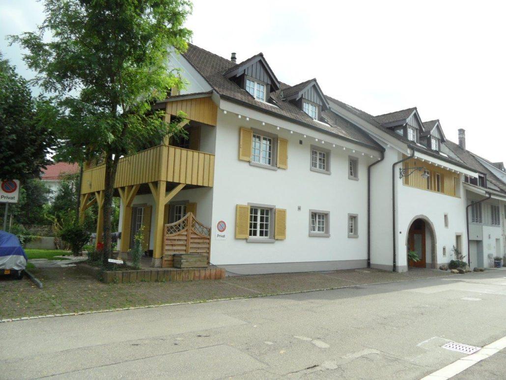 Totale Fassdenrenovation ( Fassade, Untersicht, Fenster, Kreuzstöcke, Sockel, Haustüre