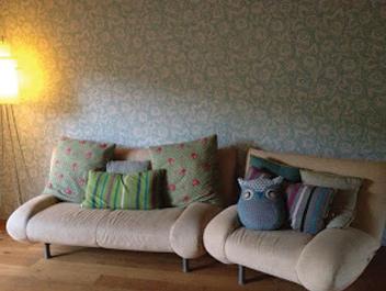 Wohnzimmer Wand neu tapeziert