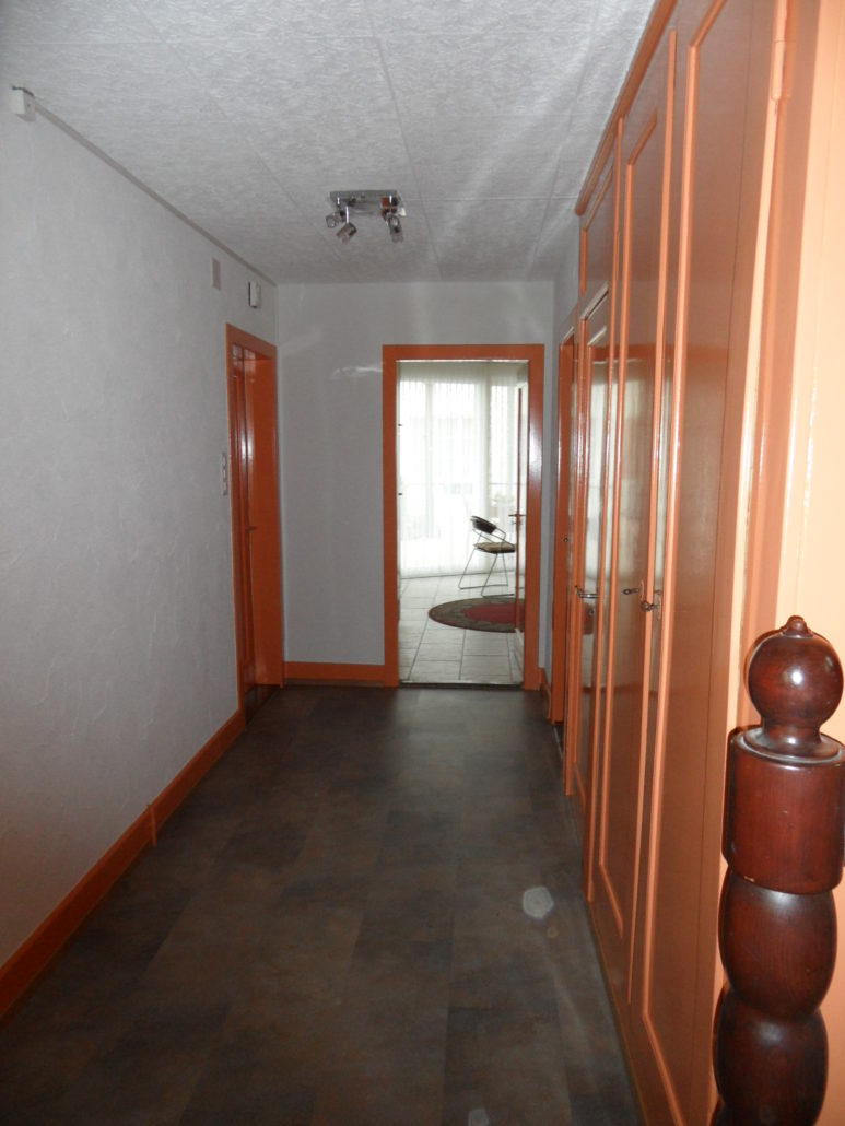 Decke neu gestrichen, Wände neuer Abrieb, Holzwerk neu gestrichen